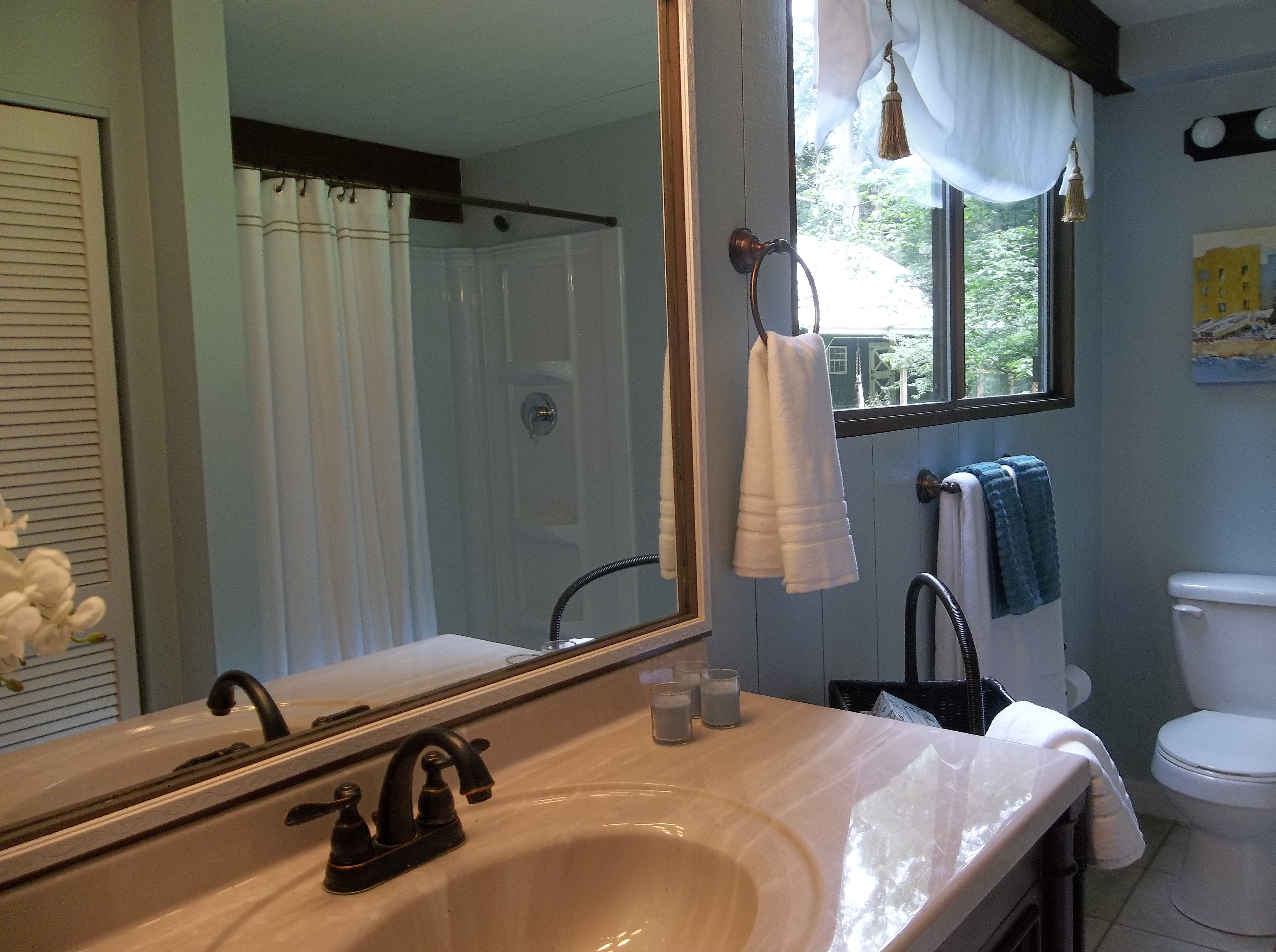 Staging an empty log cabin that appeals to families the for Empty master bathroom